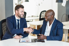 Czarne biznesmena chwiania ręki z caucasian jeden w biurze Zdjęcia Stock