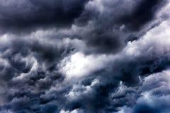 Czarne chmury na niebie, Ciemny tło, tapeta Zdjęcia Stock