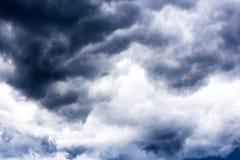 Czarne chmury na niebie, Ciemny tło, tapeta Obraz Stock