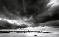 Czarne chmury nad miastem Obrazy Royalty Free