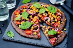 Czarne fasole zasklepiają pizzę z kukurudzą, szpinak, pomidory, czarna fasola Obraz Stock