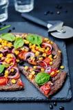 Czarne fasole zasklepiają pizzę z kukurudzą, szpinak, pomidory, czarna fasola Obrazy Stock