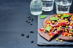 Czarne fasole zasklepiają pizzę z kukurudzą, szpinak, pomidory, czarna fasola Zdjęcia Stock