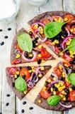 Czarne fasole zasklepiają pizzę z kukurudzą, szpinak, pomidory, czarna fasola Obrazy Royalty Free