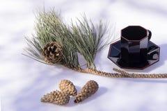Czarne filiżanki dla kawy i menchia kwiatu obrazy royalty free