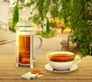 Czarne herbaciane torby z filiżanką i francuz prasą na tle Zdjęcia Royalty Free