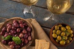 Czarne i zielone oliwki słuzyć białym winem Zdjęcia Stock