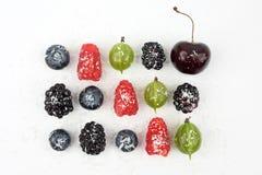 Czarne jagody, czernicy, agresty i malinki, kropią Zdjęcia Stock