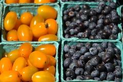 Czarne jagody i Czereśniowi pomidory Obrazy Royalty Free