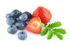 Czarne jagody i truskawki z liśćmi Fotografia Stock