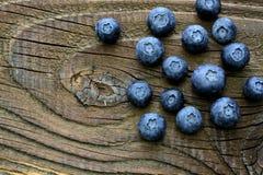 Czarne jagody na antykwarskim drewnianym stole Fotografia Royalty Free