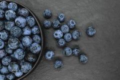 Czarne jagody na czer? kamienia tle zdjęcie stock