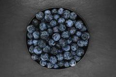 Czarne jagody na czer? kamienia tle obrazy stock