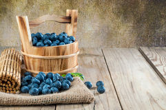 Czarne jagody na drewnianym tle Obrazy Stock