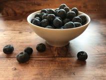 czarne jagody rzucać kulą świeżego obraz royalty free