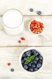Czarne jagody w białym pucharze zdjęcia royalty free