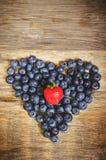 Czarne jagody w białym pucharze obraz stock