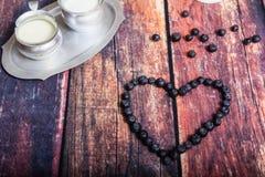 Czarne jagody W Dojnego szkła naczyniu zdjęcia royalty free