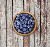 Czarne jagody w drewnianym pucharze Odgórny widok Obraz Stock