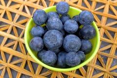 Czarne jagody w pucharze dla przekąski Fotografia Stock