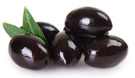 Czarne oliwki na białym tle zdjęcia stock