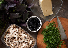 Czarne oliwki otaczać jedzeniem na stole zdjęcie royalty free