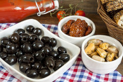 Czarne oliwki, słońce suszyli pomidory i mussels w ceramicznych pucharach obraz stock
