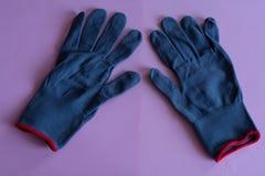 Czarne prac rękawiczki na różowym tle kombinezony i mundury Ręki ochrona fotografia stock