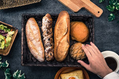 Czarne ręki, stół i chleb i Zdjęcia Stock