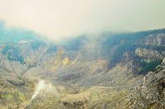 Czarne rockowe formacje wśrodku wulkan kaldery Fotografia Stock