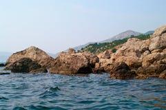 Czarne skały i morze Zdjęcie Royalty Free