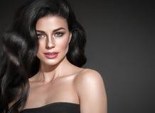 czarne włosy, Piękny brunetki fryzury mody portret zdjęcia stock