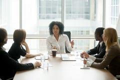 Czarnego żeńskiego szefa wiodący korporacyjny spotkanie opowiada różnorodny b fotografia stock