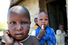 Czarnego Afrykanina dziecko Maasai, otaczający braćmi i siostrami Zdjęcia Stock