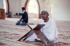 Czarnego Afrykanina Muzułmański mężczyzna ono Modli się W meczecie z otwartą świętą księgą Koran Zdjęcia Royalty Free