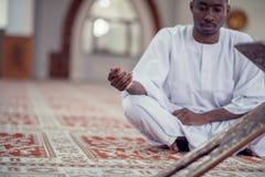 Czarnego Afrykanina Muzułmański mężczyzna ono Modli się W meczecie z otwartą świętą księgą Koran Fotografia Royalty Free