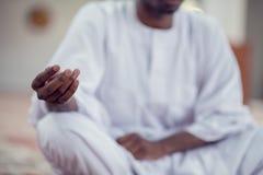 Czarnego Afrykanina Muzułmański mężczyzna ono Modli się W meczecie z otwartą świętą księgą Koran Fotografia Stock