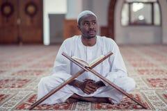 Czarnego Afrykanina Muzułmański mężczyzna ono Modli się W meczecie z otwartą świętą księgą Koran Obraz Stock