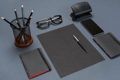 Czarnego biurowego materiału inkasowy mieszkanie nieatutowy Odgórny widok na secie materiały z smartphone Obraz Stock