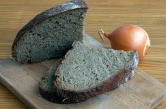 Czarnego chleba plasterki na tnącej desce Zdjęcie Royalty Free
