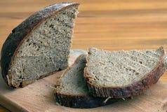 Czarnego chleba plasterki na tnącej desce Obraz Stock