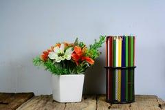 czarnego metalu ołówkowa skrzynka i biała waza na starym drewnianym stole Fotografia Royalty Free