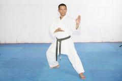 Czarnego paska karate mężczyzna z ręką w rydel pozyci Zdjęcie Stock
