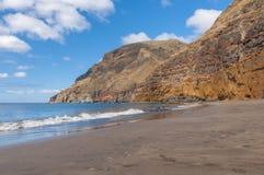 Czarnego piaska powulkaniczna plaża nad chmury wyspa halny drogowy Tenerife Fotografia Royalty Free