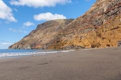 Czarnego piaska powulkaniczna plaża nad chmury wyspa halny drogowy Tenerife Obraz Royalty Free