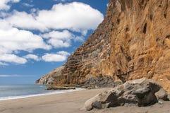 Czarnego piaska powulkaniczna plaża nad chmury wyspa halny drogowy Tenerife Fotografia Stock