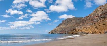Czarnego piaska powulkaniczna plaża nad chmury wyspa halny drogowy Tenerife Obrazy Royalty Free