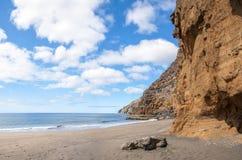 Czarnego piaska powulkaniczna plaża nad chmury wyspa halny drogowy Tenerife Obrazy Stock