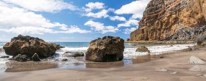 Czarnego piaska powulkaniczna plaża nad chmury wyspa halny drogowy Tenerife Zdjęcia Royalty Free