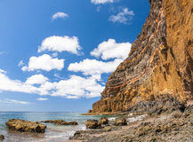 Czarnego piaska powulkaniczna plaża nad chmury wyspa halny drogowy Tenerife Obraz Stock